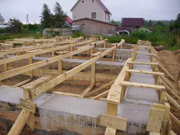 Строительство дома начинается с фундамента