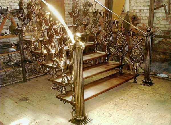 Лестница кованная в частном доме